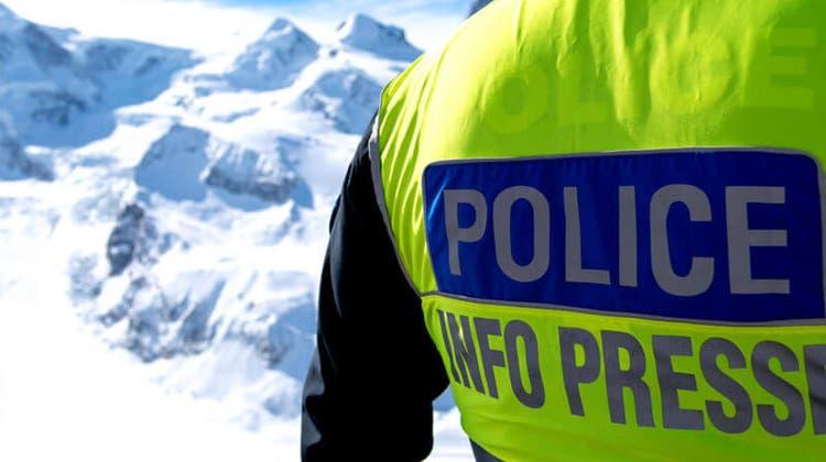 Im Berner Oberland hat eine Lawine am Sonntagmittag drei Personen verschüttet. Alle konnten verletzt geborgen werden. (Symbolbild) (Kantonspolizei Wallis)