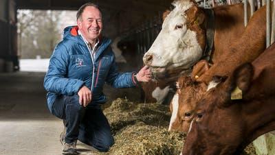 SVP-Nationalrat und Biobauer Alois Huber begrüsst seine Kühe mit Namen. (Sandra Ardizzone)