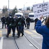 Die Polizei wies am Samstag zahlreiche Personen von der unbewilligten Kundgebung weg. Rund 600 müssen mit Anzeigen rechnen. (Keystone)