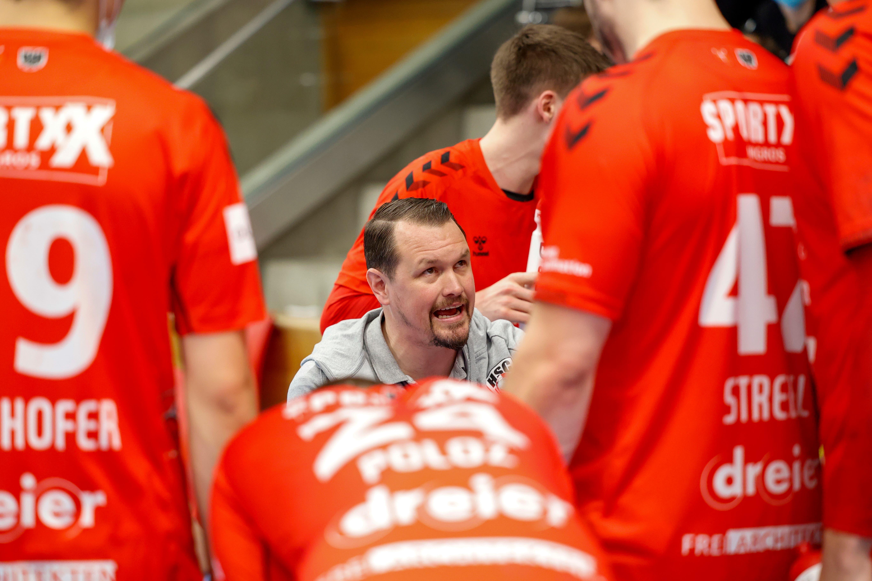 HSC-Coach Misha Kaufmann (M.) spricht während des Team-Timeouts zu seinen Spielern.