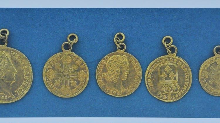 Diese fünf Goldmünzen behielt die Gemeinde als Andenken an den Fund. (Fotografiert aus dem Klingnauer Buch) (PZ)