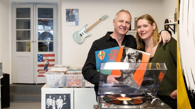 Christian und Sabine Küng in ihrem neuen LadenJohnny's Schallplatten mit Vinyl. (Hanspeter Bärtschi)