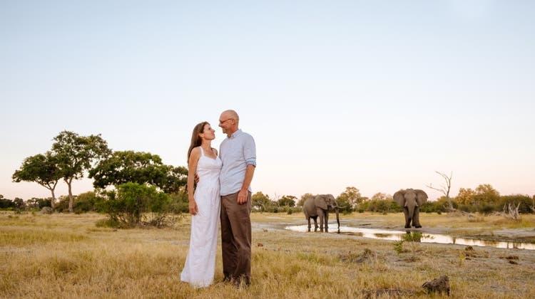 Peter Brack heiratet an seinem 48. Geburtstag Nicola Hawes aus Neuseeland in Botswana. (Bild: zvg/Richard Overtoom)