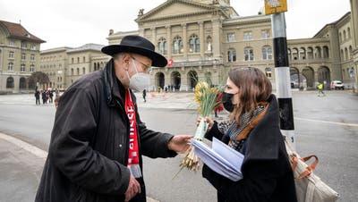 Richard Fischer gibt Co-Parteipräsidentin Mattea Meyer von der SP am Montagnachmittag, 15. März, Blumen für den Bundesrat mit. (Bild: zvg)