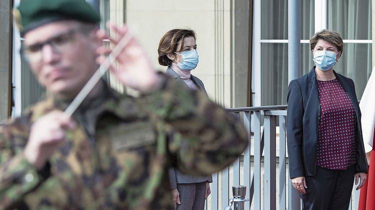 Frauen an der Armeespitze: Florence Parly, Frankreichs Verteidigungsministerin, mit Viola Amherd. (Bild: Peter Schneider/Keystone (Bern, 22. März 2021))