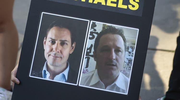 """Eine Demonstrantin fordert die Freilassung der """"beiden Michaels, Kovrig (l) und Spavor. Die Kanadier sitzen seit zwei Jahren in chinesischer Haft. (Darryl Dyck / AP)"""
