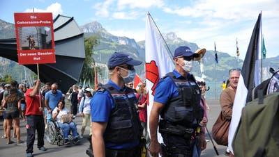 Die Urner Kantonspolizei hat bereits Erfahrung mit Demonstrationen gegen Coronamassnahmen, jedochnicht in der geplanten Grössenordnung. (Bild: Urs Hanhart (Flüelen, 5. September 2020))