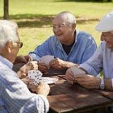 Eine Gruppe älterer Italiener beim Kartenspielen: Die Geburtenrate im Land sinkt, die Gesellschaft wird älter. (49249610,fotolia)