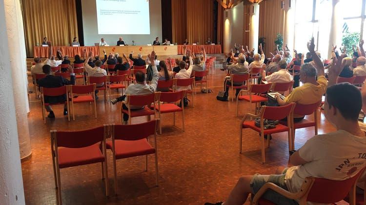 Die meisten Zürcher Gemeinden hielten trotz Corona an Gemeindeversammlungen fest, wie beispielsweise in Uitikon am 23. Juni 2020. (Alex Rudolf)