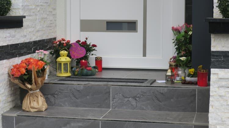 Nachbarn und Angehörige haben vor dem Einfamilienhaus in Schafisheim Blumen und Kerzen niedergelegt. Hier lebte die 44-Jährige, die mutmasslich von ihrem Ehemann getötet wurde, mit ihm und den drei Kindern. (Valérie Jost)