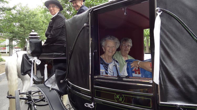 Zum 100. Geburtstag wurde Trudi Vock-Lüthy von Fuhrhalter Hansruedi Meier mit der Kutsche zu einer Geburtstagsfahrt eingeladen. (Walter Christen (23. Juni 2018))