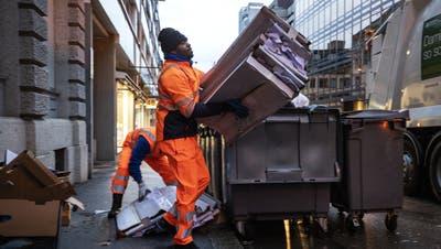Die Leute entsorgen immer mehr Karton – nicht nur in der Stadt Zürich wie hier, sondern auch im Limmattal. (Symbolbild: Alexandra Wey/Keystone)