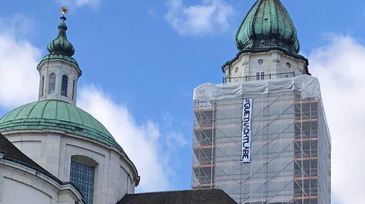 Die St. Ursen Kathedrale mit Transparent (Urs Byland)