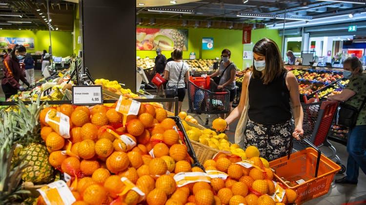 Die Pandemie führte zu einem veränderten Kundenverhalten in den Migros-Filialen. (Bild: Jean-Christophe Bott/Keystone)