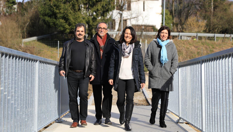 Die Schäsli-Redaktoren Thomas Freiermuth (von links), Peter Taufer, Wendy Wohlfender und Janine Tschopp auf einer neuen Brücke.(Foto: 8. Februar 2020) (Martin Wohlfender / Fricktal)