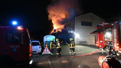 Die Feuerwehr Triesen hatte alle Hände voll zu tun, den Brand auf dem Balkon eines Wohnhauses zu löschen. (Landespolizei Liechtenstein)