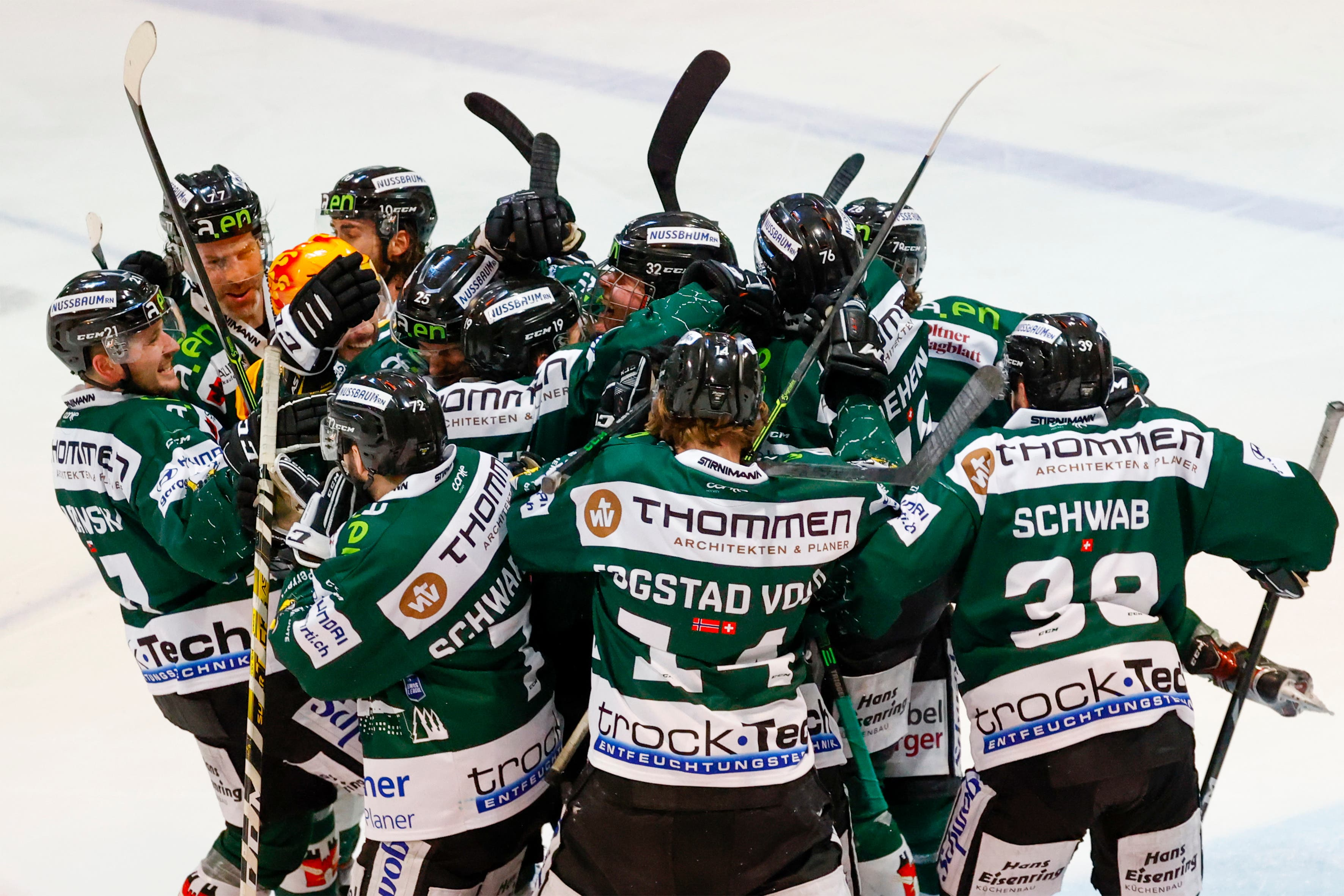 24.03.2021; Olten; Eishockey Swiss League Playoff 1/4 Final - EHC Olten - HC Sierre; Tor zum 6:5, der Torschuetze Dion Knelsen (Olten) und die Mannschaft jubelt  (Marc Schumacher/freshfocus)