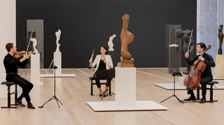 Der CellistChristopher Jepson zwischen Skulpturen von Hans Arp und Auguste Rodin. (Bild: zvg/Videostandbild «Sound of Sculpture», © 2021, ProLitteris, Zürich)