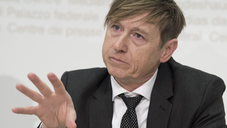 Preisüberwacher Stefan Meierhans nahm im Coronajahr 2020 unter anderem den Markt für Desinfektionsmittel unter die Lupe. (Archivbild) (Keystone)