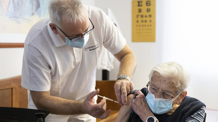 Über 75-Jährige und Hochrisikopatienten werden weiterhin prioritär behandelt. (Peter Klaunzer / KEYSTONE)
