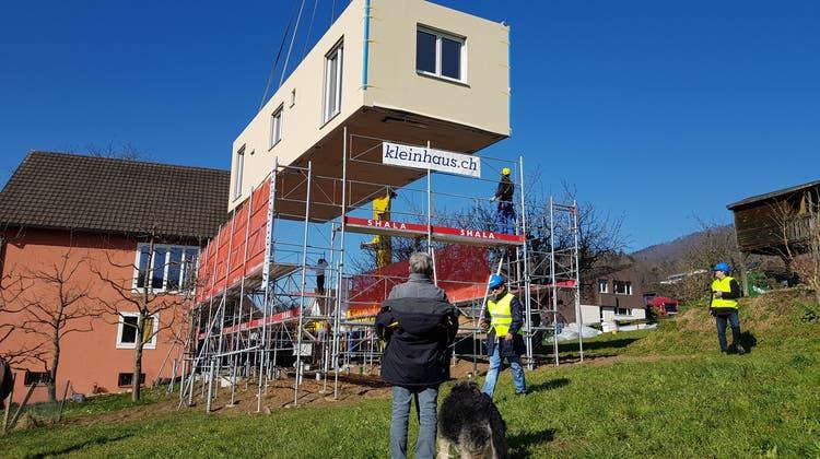 Das Haus wird auf seine neuen Fundamente niedergelassen. (Bild: Nadja Rohner)
