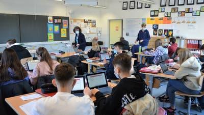 Die 1. Sekundarschulklasse tüftelt an diesem Morgen an ihren neuen Tablets an Mathematikaufgaben. (Bild: Irene Hung-König)