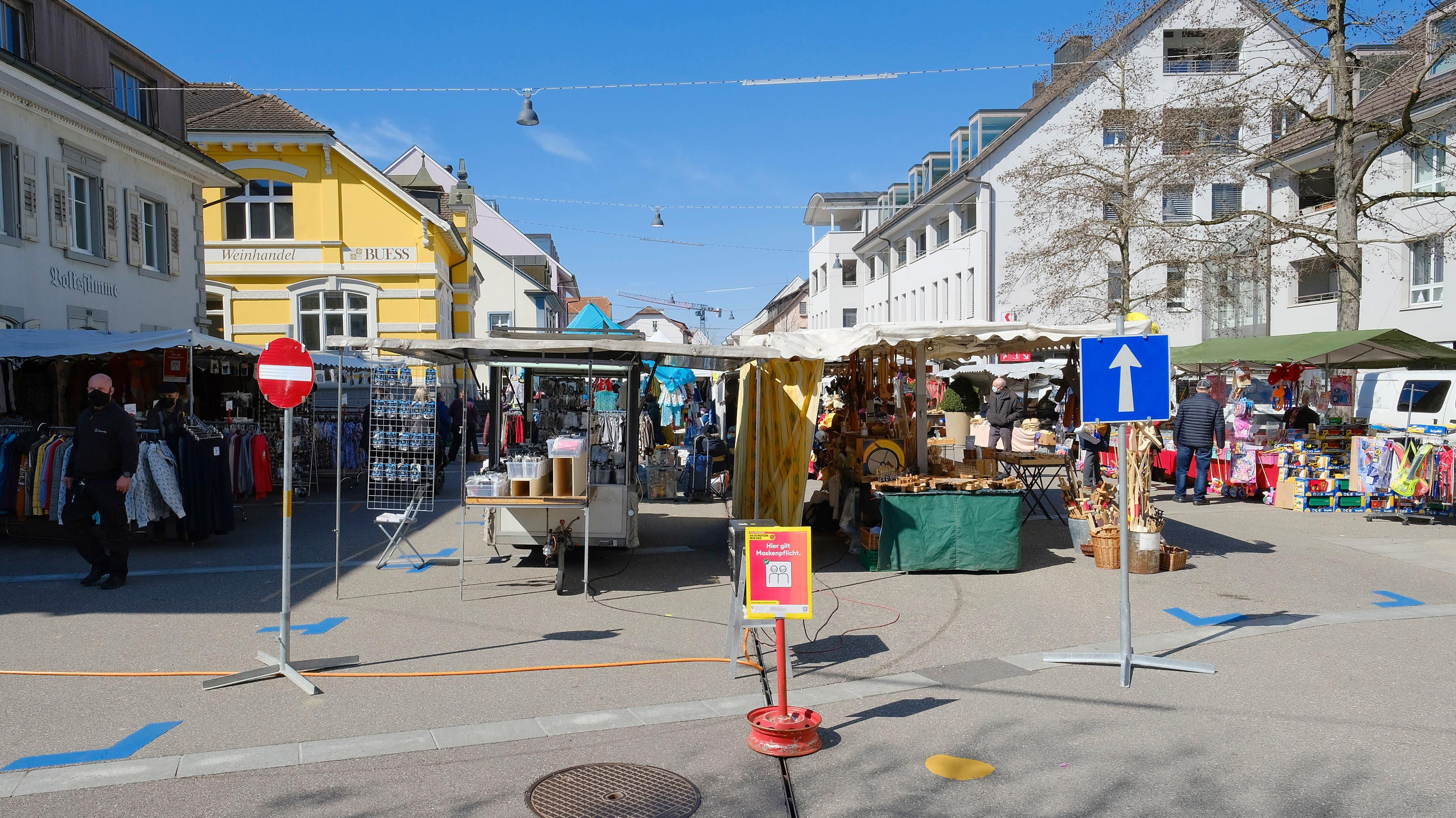 Einbahnsystem in der ganzen Begegnungszone: Frühlingsmarkt im Dorfkern.