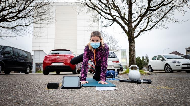 Die Gründerin von City Circle Solothurn, Sue Laubscher, macht vor, wie coronakonformes Training geht. (Michel Lüthi)