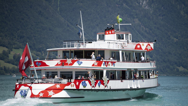 Ab Ostern dürfen Gäste auf dem Motorschiff Jungfrau wieder eine Fahrt auf dem Brienzersee geniessen (Archiv). (Keystone)