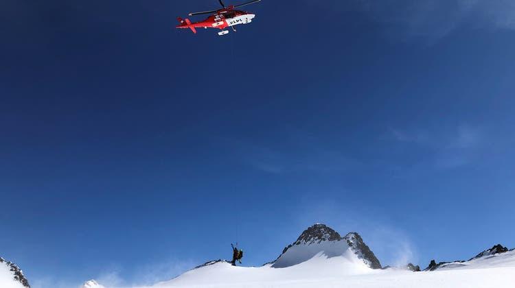 Mittels Rettungswinde zogen die Rega-Einsatzkräfte den verunfallten Skitourenfahrer aus der Gletscherspalte. (zvg/Rega)