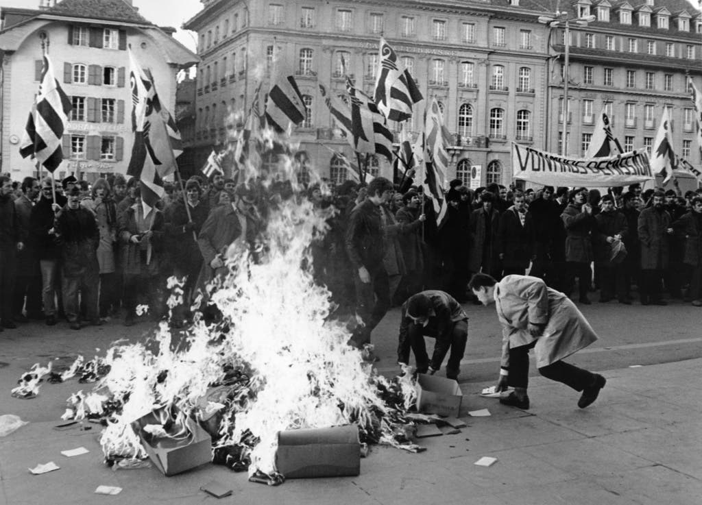 Die Jugendgruppe der Separatisten, die Béliers, sorgten immer wieder mit Aktionen für Aufsehen. Hier verbrannten sie 1969 vor dem Bundeshaus Zivilverteidigungsbüchlein.