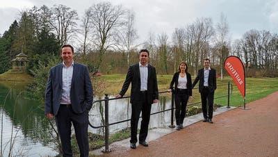 Die Brücke im Ballypark symbolisiere den gemeinsamen Weg der beiden Banken. Die Verantwortlichen der beiden Genossenschaften: Kevin Rohner, Beat Leuenberger, Gabriela von Arx und Stefan Scherer (v.l.). (Bild: zVg)