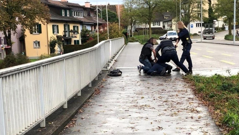 Nach kurzer Flucht wurde der Bankräuber auf der Wachtbrücke in Adliswil verhaftet. Es war sein dritter Überfall. (Facebook/Michele Meo)