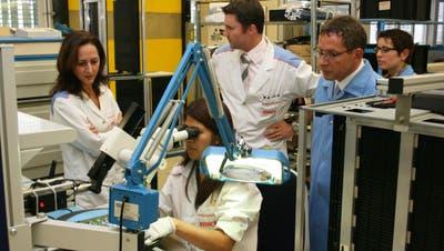 Ein Bild aus dem Jahr 2010: Regierungsrat Urs Hofmann (rechts) besucht die Firma Enics in Ennetturgi. (Roman Huber)