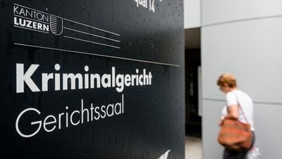 Eingangsbereich beim Kriminalgericht Luzern am Alpenquai. (Bild: Philipp Schmidli (12. Juli2016))