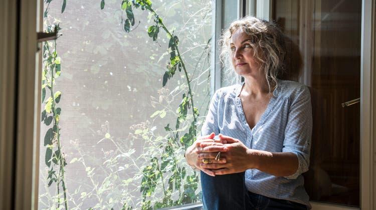 Michèle Minelliin ihrem Wohnzimmer im thurgauischenIselisberg. (Andrea Stalder)