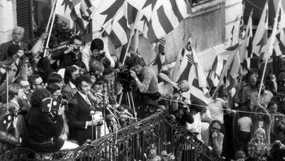 """Die Truemmer des völlig abgebrannten Bauernguts """"Sous La Cote"""", am 19 Juli 1963. (Keystone)"""