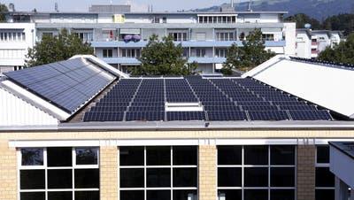 Realität in Risch: Auf dem Dach der Waldeggturnhallewird schon jetzt Solarstrom produziert. (Bild: Werner Schelbert (2. September 2016))