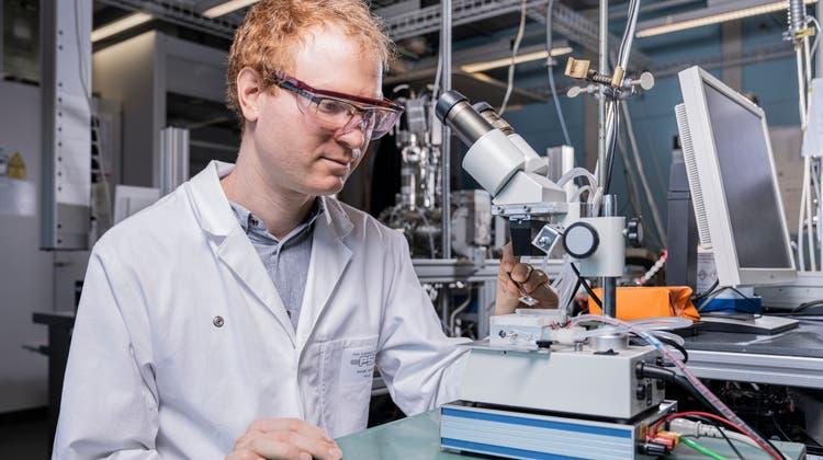 Peter Aaron Alpert analysiert die Vorgänge in feinsten Partikeln in der Luft. Bereits in der Atmosphäre bilden sich darin gesundheitsschädliche Substanzen, nicht erst im menschlichen Körper. (Paul Scherrer Institut/Markus Fischer)