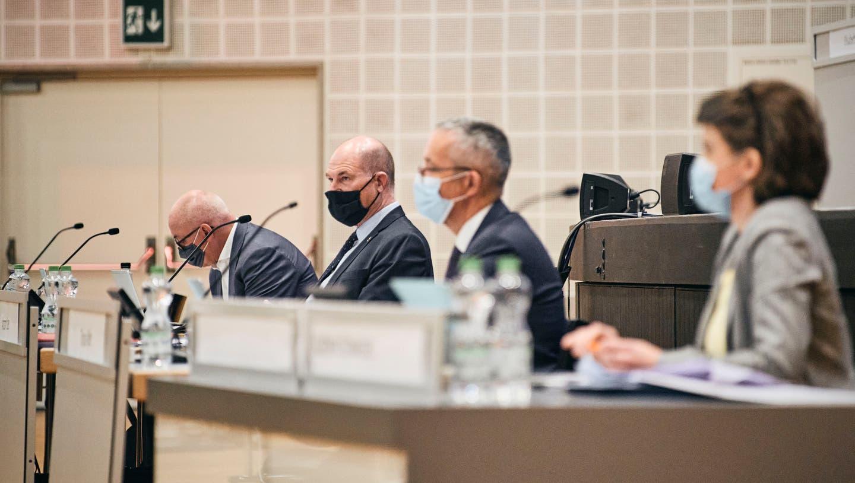 Finanzdirektor Anton Lauber (2.v.l.) musste offenlegen, wie stark die Coronakrisedie Kantonsfinanzen belastet. (Bild: Roland Schmid (Basel, 25. März 2021))