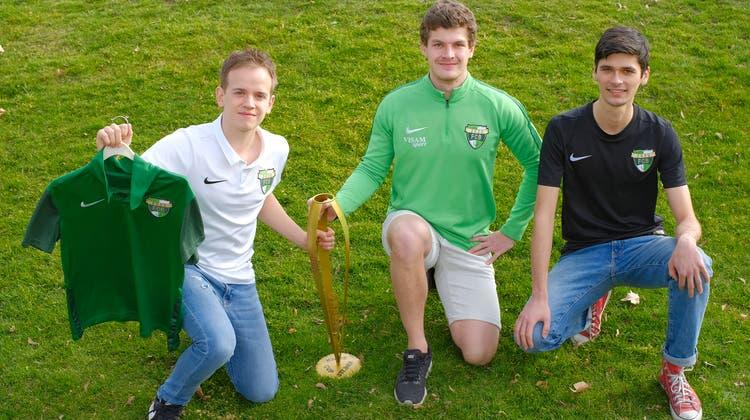 David Baier, Flavio Bucci und Fionn Bumann (v.l.n.r.) zeigen ihr Trikot und ihren ersten gewonnenen Pokal. (Kenneth Nars / BLZ)