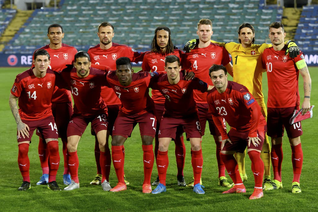 Diese elf Spieler schickt Nationaltrainer Vladimir Petkovic in Bulgarien aufs Spielfeld. Captain ist wie gewohnt Granit Xhaka (obere Reihe, Erster von rechts).