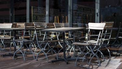 Leere Tische und Stühle vor einem geschlossenen Restaurant. (Bild: Keystone/Alexandra Wey)