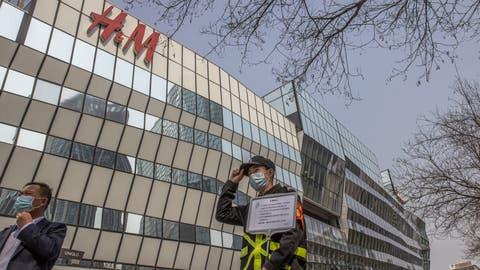 Ein Sicherheitsmann vor einer H&M-Filiale in Peking: Die Regierung nimmt westliche Firmen ins Visier. (Roman Pilipey / EPA)