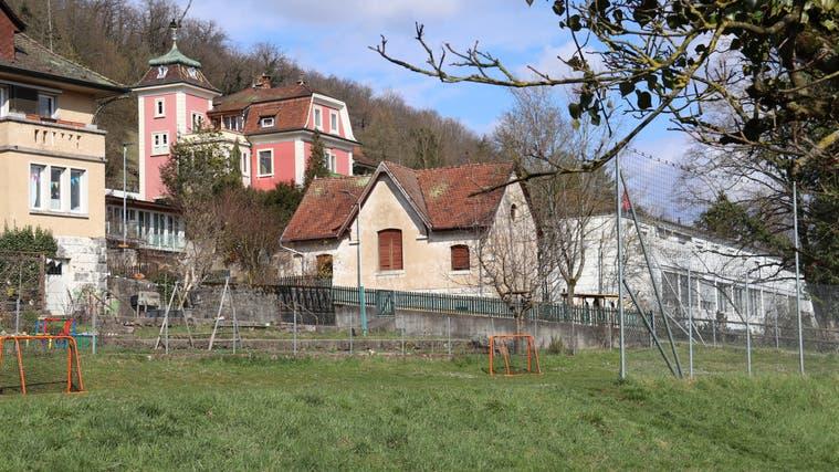 Bald Vergangenheit: In der Mitte des Bildes befindet sich derHeuschober, der abgerissen wird. Dahinter steht die denkmalgeschützte Villa Kleiber. (Gaby Walther / Wochenblatt Schwarzbubenland Laufental)
