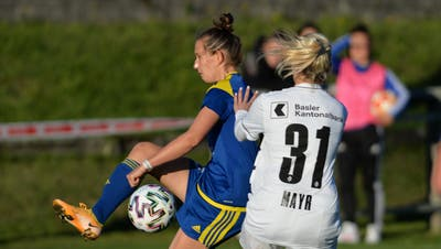 Die Derendingerin Jasmin Bosshard ist vor der Baslerin Elisabeth Mayr am Ball. (Hans Peter Schläfli / Oltner Tagblatt)