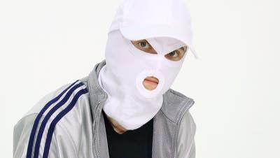 Jessica Jurassicain ihrer Arbeitskleidung: Die Ausserrhoder Medienkünstlerin tritt stets anonym und mit Sturmmaske auf. (Bild: PD)