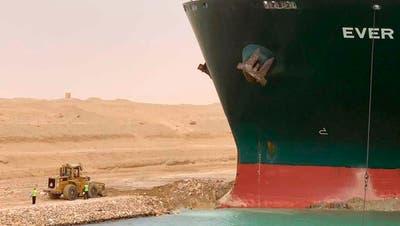 Ein Containerschiff im Suezkanal, eine der wichtigsten Handelsrouten der Welt.