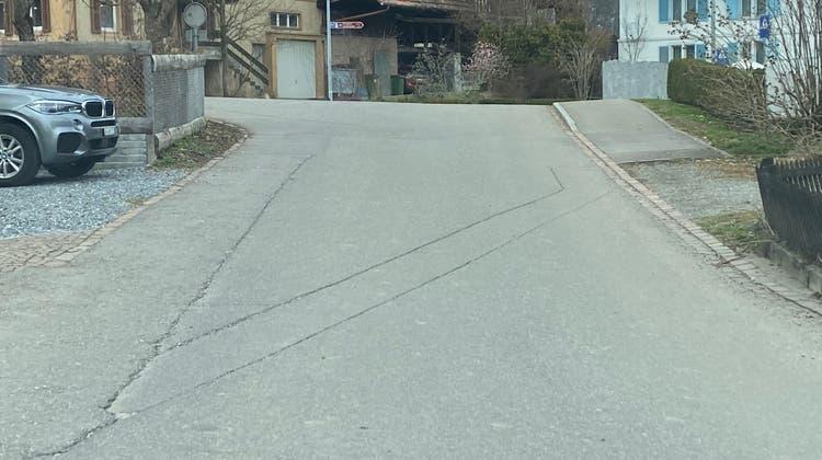 Der Verlauf der sanierungsbedürftigen Quartierstrasse – hier die Einmündung der Werdstrasse in die Hauptstrasse – soll in der Bau- und Nutzungsplanung generell überprüft werden. (Marc Ribolla)