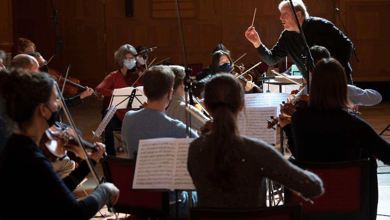 CD-Aufnahme  der «Camerata Schweiz» unter der Leitung des Dirigenten Howard Griffiths in der Zürcher Kirche Oberstrass. (Katharina Lütscher)